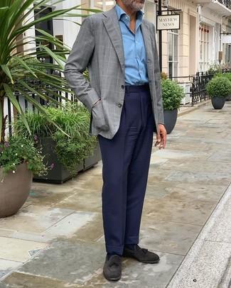 Come indossare e abbinare: blazer a quadri grigio, camicia a maniche lunghe azzurra, pantaloni eleganti blu scuro, mocassini con nappine in pelle scamosciata neri