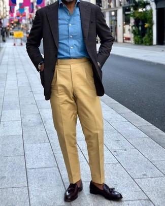 Come indossare e abbinare: blazer a quadri nero, camicia a maniche lunghe blu, pantaloni eleganti marrone chiaro, mocassini con nappine in pelle neri