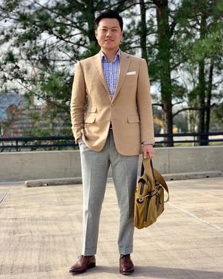 Come indossare e abbinare: blazer marrone chiaro, camicia a maniche lunghe a quadri azzurra, pantaloni eleganti di lana grigi, scarpe oxford in pelle bordeaux