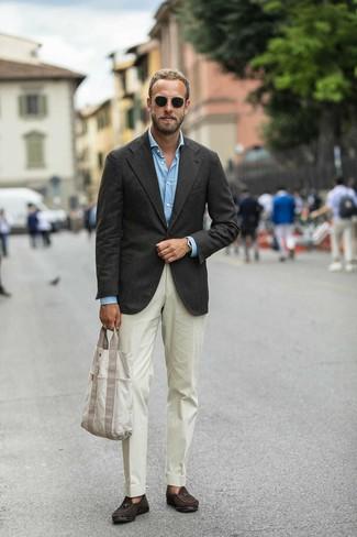 Come indossare e abbinare: blazer marrone scuro, camicia a maniche lunghe azzurra, pantaloni eleganti beige, mocassini con nappine in pelle scamosciata marrone scuro
