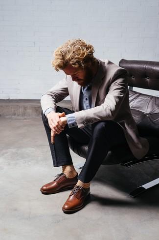Come indossare e abbinare scarpe derby in pelle marroni: Scegli un outfit composto da un blazer grigio e pantaloni eleganti di seersucker neri per essere sofisticato e di classe. Scarpe derby in pelle marroni sono una buona scelta per completare il look.