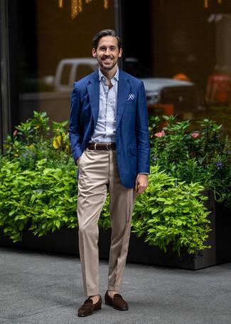 Come indossare e abbinare mocassini eleganti in pelle scamosciata marrone scuro: Mostra il tuo stile in un blazer blu scuro con pantaloni eleganti beige come un vero gentiluomo. Completa questo look con un paio di mocassini eleganti in pelle scamosciata marrone scuro.
