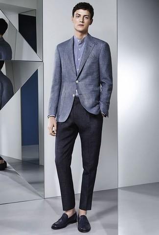 Trend da uomo 2020: Coniuga un blazer blu con pantaloni eleganti blu scuro per una silhouette classica e raffinata Mocassini eleganti in pelle blu scuro sono una gradevolissima scelta per completare il look.