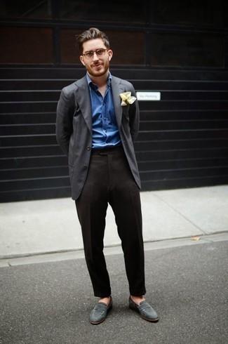 Come indossare e abbinare pantaloni eleganti grigio scuro: Potresti indossare un blazer grigio scuro e pantaloni eleganti grigio scuro per un look elegante e alla moda. Mocassini eleganti in pelle scamosciata grigi sono una splendida scelta per completare il look.