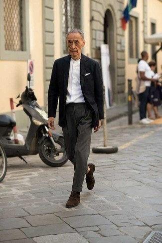 Trend da uomo 2020: Metti un blazer nero e pantaloni eleganti grigio scuro per un look elegante e alla moda. Non vuoi calcare troppo la mano con le scarpe? Indossa un paio di chukka in pelle scamosciata marrone scuro per la giornata.