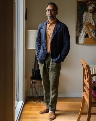 Trend da uomo 2020 in estate 2021: Potresti indossare un blazer blu scuro e pantaloni eleganti di lino verde oliva per una silhouette classica e raffinata Mocassini eleganti in pelle scamosciata marroni sono una gradevolissima scelta per completare il look. Ecco un look magnifico per l'estate.