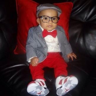 Come indossare: blazer grigio, camicia a maniche lunghe bianca, pantaloni rossi, sneakers bianche