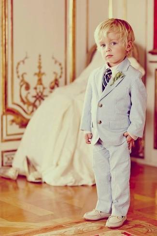 Come indossare e abbinare: blazer azzurro, camicia a maniche lunghe bianca, pantaloni azzurri, mocassini eleganti bianchi