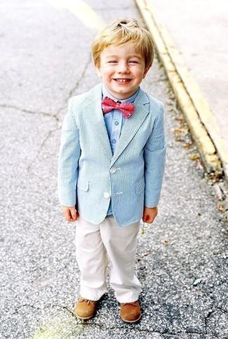 Come indossare: blazer azzurro, camicia a maniche lunghe azzurra, pantaloni bianchi, scarpe oxford marrone chiaro