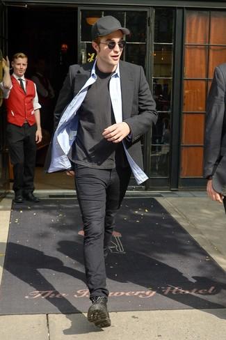 Come indossare e abbinare: blazer nero, camicia a maniche lunghe in chambray azzurra, t-shirt girocollo nera, chino neri