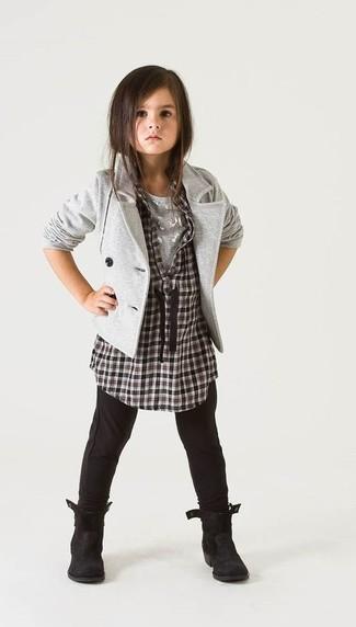 Come indossare: blazer grigio, camicia a maniche lunghe a quadri nera e bianca, t-shirt grigia, leggings neri