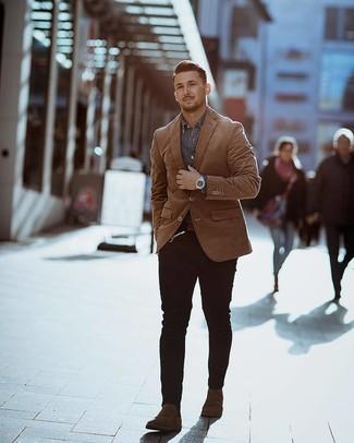 Come indossare e abbinare: blazer terracotta, camicia di jeans grigia, jeans aderenti neri, stivali chelsea in pelle scamosciata marrone scuro