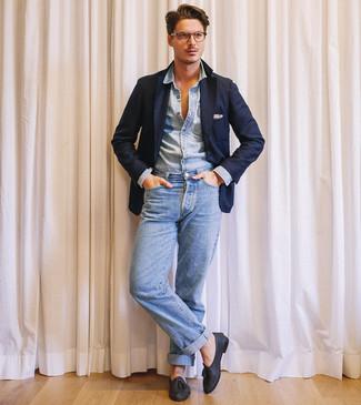 Come indossare e abbinare: blazer blu scuro, camicia di jeans azzurra, jeans azzurri, mocassini con nappine in pelle neri