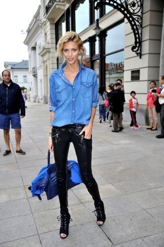 Come indossare: blazer blu, camicia di jeans blu, pantaloni skinny con paillettes neri, stivaletti con lacci in pelle scamosciata neri