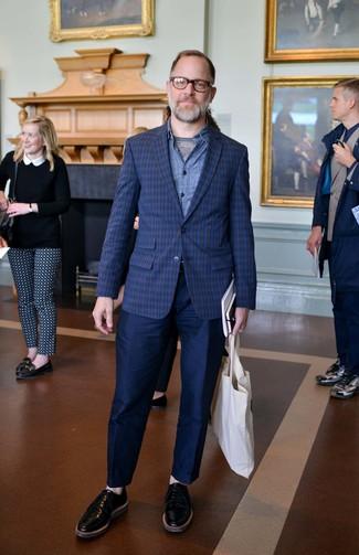 Abbina un blazer scozzese blu scuro con pantaloni chino blu scuro per un look da sfoggiare sul lavoro. Perché non aggiungere un paio di scarpe derby in pelle nere per un tocco di stile in più?