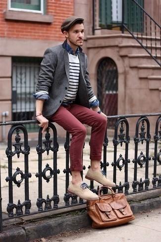 Come indossare e abbinare una camicia di jeans blu scuro: Coniuga una camicia di jeans blu scuro con chino bordeaux per un look raffinato per il tempo libero. Calza un paio di scarpe derby in pelle scamosciata beige per un tocco virile.