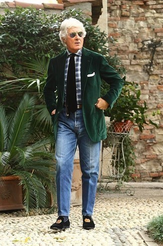 Come indossare e abbinare jeans blu: Vestiti con un blazer di velluto a coste verde scuro e jeans blu se preferisci uno stile ordinato e alla moda. Impreziosisci il tuo outfit con un paio di mocassini eleganti di velluto ricamati neri.