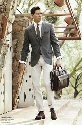 Come indossare e abbinare: blazer grigio, camicia elegante bianca, chino beige, scarpe derby in pelle marrone scuro