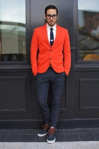 Come indossare e abbinare: blazer arancione, camicia elegante bianca, chino blu scuro, stivali casual in pelle blu scuro