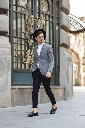 Look alla moda per uomo: Blazer di lana grigio, Camicia elegante bianca, Chino scozzesi neri, Mocassini eleganti in pelle neri