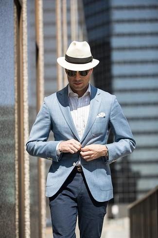 Come indossare e abbinare: blazer scozzese azzurro, camicia elegante a righe verticali bianca, chino blu scuro, borsalino di paglia bianco