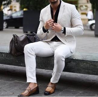 Come indossare e abbinare: blazer di lino beige, camicia elegante nera, chino bianchi, mocassini eleganti in pelle marrone chiaro
