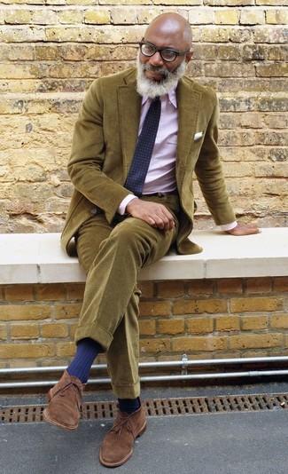 Come indossare: blazer di velluto a coste verde oliva, camicia elegante a righe verticali rosa, chino di velluto a coste verde oliva, chukka in pelle scamosciata marroni