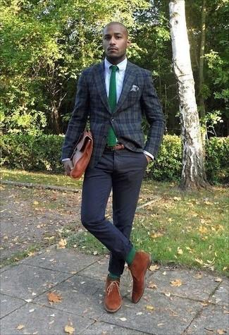 Come indossare e abbinare: blazer scozzese verde scuro, camicia elegante bianca, chino neri, chukka in pelle scamosciata terracotta