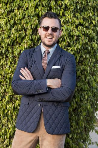Come indossare e abbinare chino di velluto a coste marrone chiaro: Potresti abbinare un blazer trapuntato nero con chino di velluto a coste marrone chiaro per creare un look smart casual.