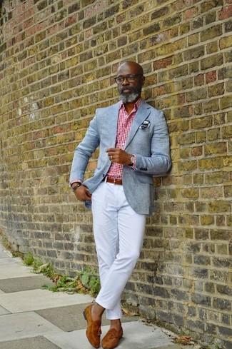 Come indossare e abbinare: blazer grigio, camicia elegante a quadretti bianca e rossa, chino bianchi, mocassini con nappine in pelle scamosciata terracotta