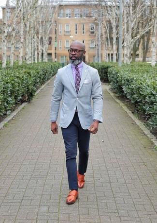 Come indossare e abbinare: blazer grigio, camicia elegante rosa, chino blu scuro, scarpe double monk in pelle terracotta