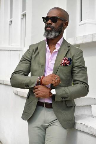 Come indossare e abbinare: blazer verde oliva, camicia elegante rosa, chino grigi, fazzoletto da taschino bianco e rosso e blu scuro