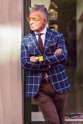 Come indossare e abbinare un fazzoletto da taschino stampato marrone scuro: Scegli un blazer a quadri blu e un fazzoletto da taschino stampato marrone scuro per una sensazione di semplicità e spensieratezza.