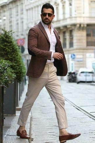 Come indossare: blazer a quadri marrone scuro, camicia elegante bianca, chino beige, mocassini con nappine in pelle marroni