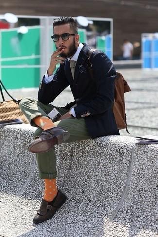 Come indossare e abbinare: blazer blu scuro, camicia elegante bianca, chino verde oliva, mocassini con nappine in pelle marrone scuro