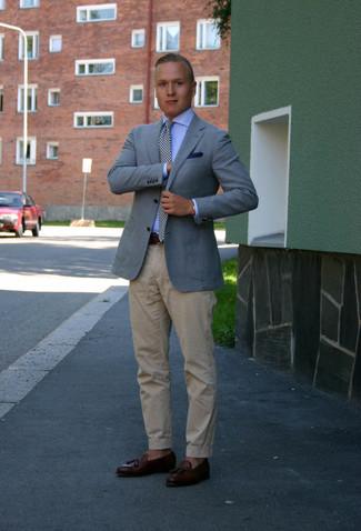 Come indossare e abbinare: blazer azzurro, camicia elegante azzurra, chino beige, mocassini con nappine in pelle marrone scuro