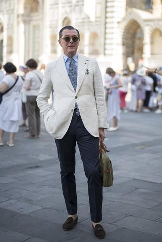 Come indossare e abbinare: blazer di lino beige, camicia elegante azzurra, chino blu scuro, mocassini con nappine in pelle scamosciata marrone scuro