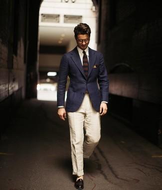 Come indossare e abbinare: blazer blu scuro, camicia elegante bianca, chino di lino beige, mocassini eleganti in pelle neri