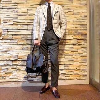 Come indossare e abbinare: blazer a quadri bianco, camicia elegante bianca, chino grigio scuro, mocassini con nappine in pelle bordeaux