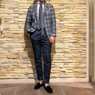 Come indossare e abbinare: blazer scozzese blu scuro, camicia elegante a righe verticali bianca, chino blu scuro, mocassini con nappine in pelle scamosciata neri