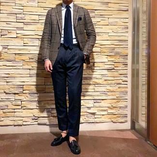Come indossare e abbinare: blazer a quadri marrone, camicia elegante azzurra, chino blu scuro, mocassini con nappine in pelle neri