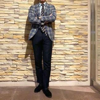 Come indossare e abbinare: blazer scozzese blu scuro, camicia elegante azzurra, chino blu scuro, mocassini eleganti in pelle scamosciata neri