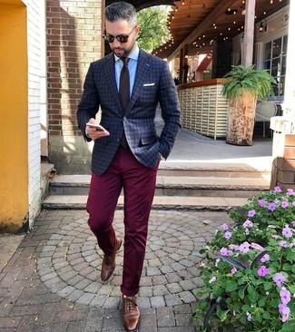 Come indossare e abbinare: blazer a quadri grigio scuro, camicia elegante azzurra, chino bordeaux, scarpe brogue in pelle marroni