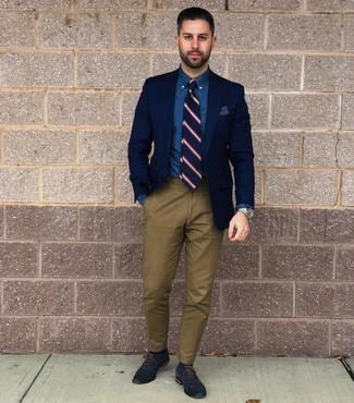 Come indossare e abbinare: blazer blu scuro, camicia elegante in chambray blu, chino verde oliva, scarpe oxford in pelle blu scuro