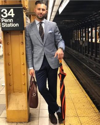Come indossare e abbinare: blazer scozzese grigio, camicia elegante bianca, chino blu scuro, mocassini eleganti in pelle scamosciata marrone scuro