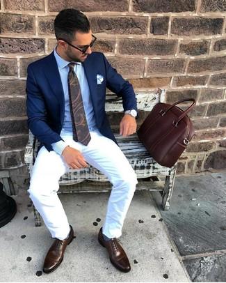 Come indossare e abbinare: blazer blu scuro, camicia elegante azzurra, chino bianchi, scarpe oxford in pelle marrone scuro
