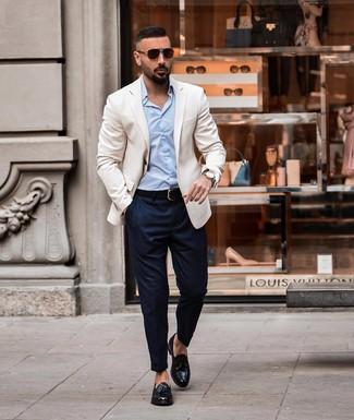 Come indossare e abbinare: blazer bianco, camicia elegante azzurra, chino blu scuro, mocassini con nappine in pelle neri