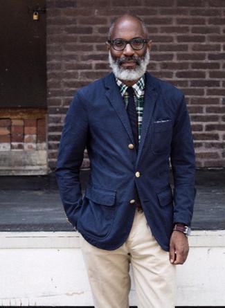 Come indossare e abbinare: blazer di cotone blu scuro, camicia elegante scozzese verde scuro, chino beige, cravatta a righe verticali blu scuro