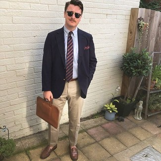 Come indossare e abbinare una cravatta a righe orizzontali blu scuro: Potresti abbinare un blazer blu scuro con una cravatta a righe orizzontali blu scuro come un vero gentiluomo. Mocassini eleganti in pelle marroni sono una splendida scelta per completare il look.