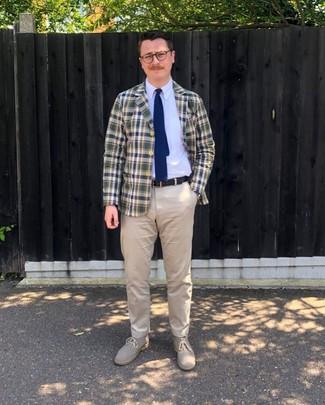 Come indossare e abbinare: blazer scozzese blu scuro e verde, camicia elegante bianca, chino beige, chukka in pelle scamosciata beige